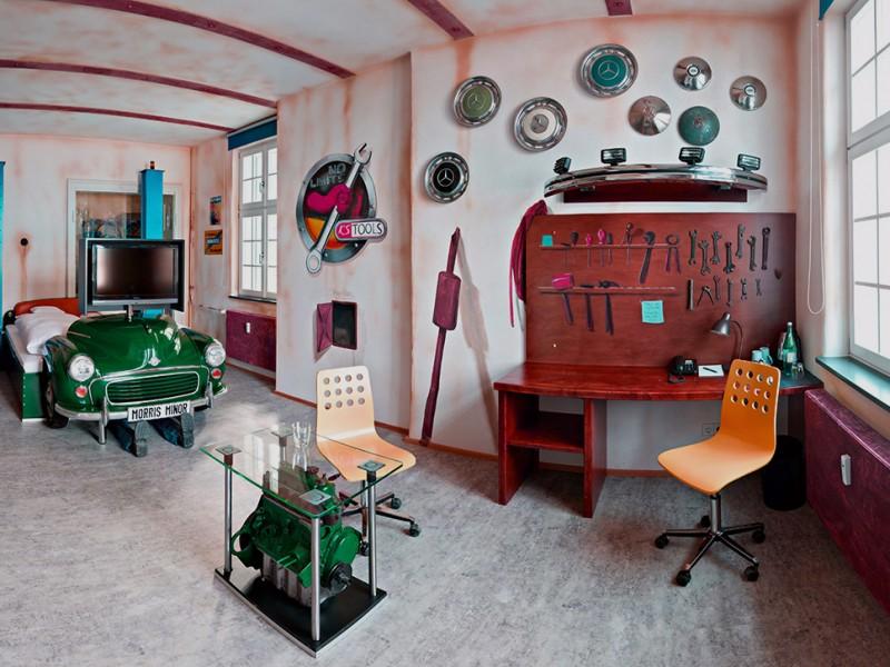 V8Hotel - Themenzimmer Werkstatt, Autowerkstatt.